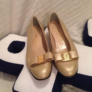 Salvatore Ferragamo ivory bow shoes flats 8.5 B